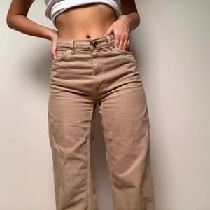 Ett par sandfärgade byxor med hög midja och vida ben. Supersköna och trevliga men kommer tyvärr inte till användning! Nypris 400kr.
