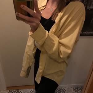 Gul fin och stor skjorta. I princip aldrig använd🥰