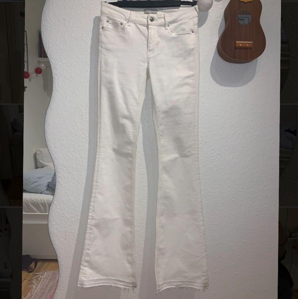 Säljer då de är för långa för mig:( Nyskick! 🥰 möts upp i gbg eller så står köparen för frakten💓 Priset kan absolut diskuteras. Jeans & Byxor.