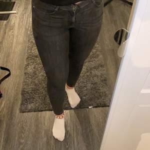 gråa tighta jeans från pull&bear i storlek 40. Jag är 174cm lång. Köparen står för frakten
