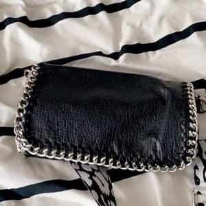 Liten väska, jätte fin, har bytt band på denna så därför sänks priset från 200 till 150