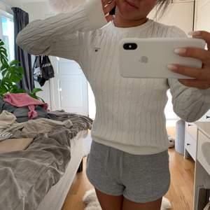 Vit jättefin kabelstickad tröja från Gant. Jättefint skick!! Nypris: 1000kr 💕💕🧚🏼♀️🧚🏼♀️👄👄