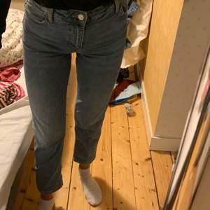 Snygga jeans från mango. Ljusa och lite rakare nertill😍 Dom är tajtare upptill som man får en söt rumpa