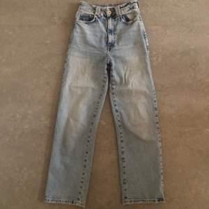 Jättefina ljusblåa raka jeans ifrån Zara, budgivning startar från 150 kr!💕 Ledande bud just nu är 200