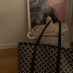 Säljer min malene birger väska just för att den inte kommer till användning🥰 ny pris ca 2000kr