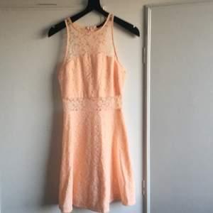 En jättefin, korallfärgad klänning i spets med fina detaljer i midjan där den är lite seethrught. Säljer pga att den är för liten och den är ändrat använd en gång på ett bröllop🥰 Den är köpt i Italien.