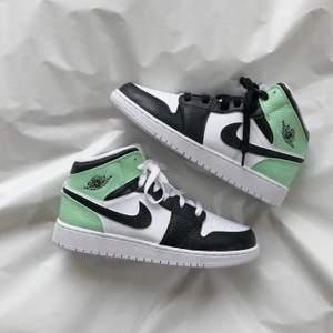 Ett par mintgröna custom Jordan mids. Går att köpa på instagram, StainsCustoms. 🧚🏼♀️🧚🏼♀️