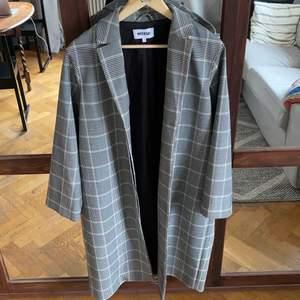 En väldigt fin lite oversize kappa ifrån Weekday. Är i toppskick, knappt använd.