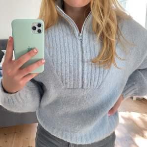 Jättemysig stickad tröja från Weekday!! Endast använd två gånger🦋🦋 Passar S och M beroende på passform