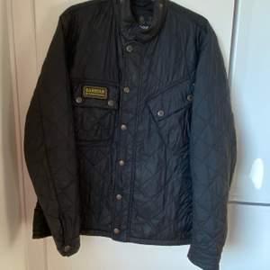 Säljer denna fina Barbour jackan till killar i fint skick i strl L, säljer billigt & snabbt tack 🙃 skriv om du har ett annat prisförslag 🔊