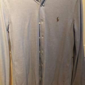 Polo kofta som aldrig har används,storlek small, det finns inget fel med skjortan den är i perfekt skick, pris kan diskuteras