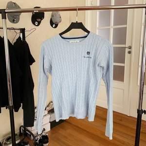 Ljusblå kabelstickad tröja från Bondelid. Fint skick - använd några gånger. Köparen står för frakten.