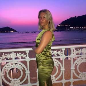 Super snygg olivfärgad silkesklänning ifrån Zara