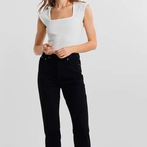 Helt oanvända då de är för stora. Modellen dagny mom jeans i strl 44 från Gina tricot. Kostar 500kr nypris.