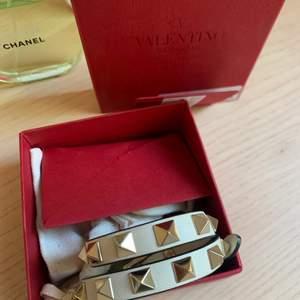 Säljer mitt valentino armband! Nästan inte använd haft i ca två månader!💞 ny pris 2400 kr