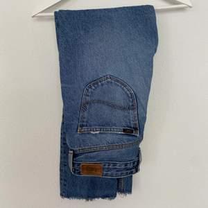 Snygga LEE jeans som passar mig (stl S) perfekt! Jeansen är i bra skick, har snygga fickor (se bild 2) och sitter bra över benen. Litet hål på insidan av benet, men som inte stör. Jag säljer dem för att jag har dubbletter. Nypriset låg på ca 900kr🦋🦋