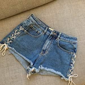 Högmidjade jeans shorts med snörning på sidorna, från Pacsun. Använda 1 gång. Frakt tillkommer