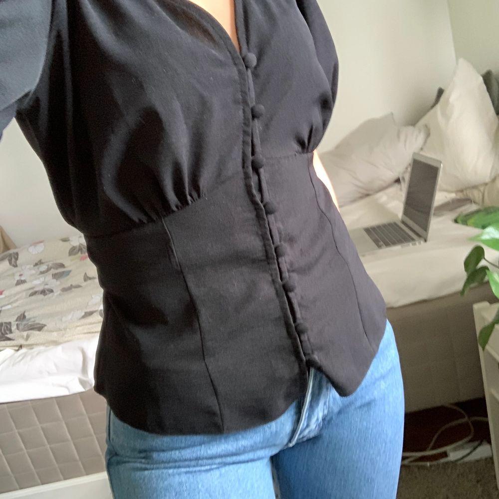 Superfin nästan oanvänd blus från New Look med puff-ärmar och knappar, strl xs men passar även s. Möts upp i Stockholm!. Blusar.