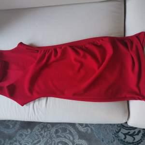 Figurnära draperad klänning med chokerdetalj. Nyskick.