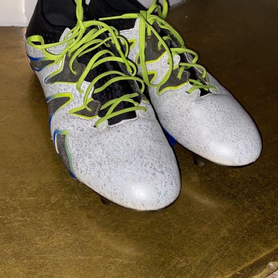 Adidas fotbollsskor storlek 45 1/3. Använd 1-2 gånger är alltså i helt nyskick. Funkar på både natur och konstgräs. Riktigt sköna, säljer för att dom är för stora för mig. Skriv för fler bilder. Pris 850, går även att diskuteras. Betalning sker via swish.. Skor.