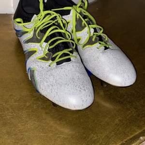 Adidas fotbollsskor storlek 45 1/3. Använd 1-2 gånger är alltså i helt nyskick. Funkar på både natur och konstgräs. Riktigt sköna, säljer för att dom är för stora för mig. Skriv för fler bilder. Pris 850, går även att diskuteras. Betalning sker via swish.