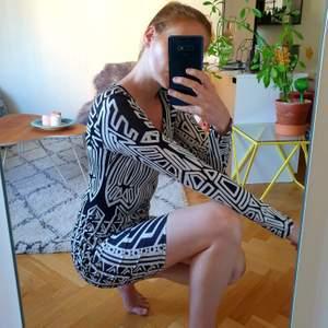 Grafisk klänning från Nelly. Storlek M men stretchig och passar på mig som brukar ha S. 👾