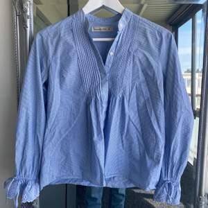Blåvit randig blus i skjortmaterial från Abercrombie & Fitch i superfint skick. Köparen betalar frakt🌸