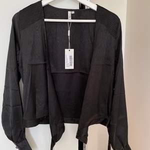 Ny svart blus från Nelly i strl 34, kort i modellen. Kan mötas upp i Västerås annars står köparen för frakt.