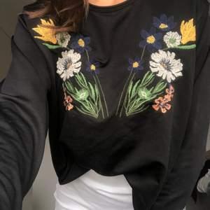 Broderad långärmad tröja från Zara i storleken S, använd ett fåtal gånger och köpare står för fraktkostnad.