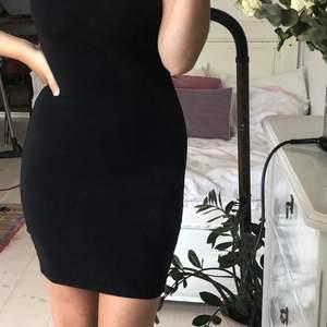 Fin svart klänning som sitter åt på kroppen och skapar figur!✨✨ säljs för den är för liten för mig + Frakt 📦