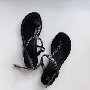 Svarta sandaler storlek 38. Använda 1 gång. Köparen står för frakt