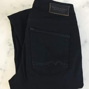Svarta byxor från Maison scotch i storlek W26 / L32. Köparen står för frakten.
