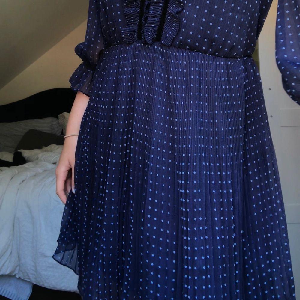 Jättefin sommarklänning från Zara i marinblått med ljusblå prickar! Storlek S . Klänningar.