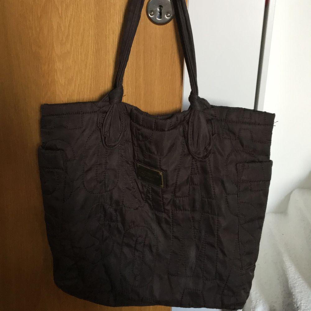 Marc Jacobs väska som jag har köpt i Kina så tror tyvär inte den är äkta därav lågt pris! Den är stor och rymlig! Köpare står för frakt . Väskor.