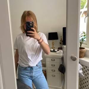En t-shirt med knut, den kommer från H&M och den är i nyskick! Använder då det inte är min stil! Nypris var 100kr, buda från 45 kr