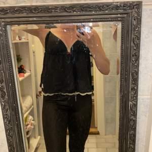 Odd Molly linne i storlek xs-s använd ett fåtal gånger. Svart och fin med spännband axelband