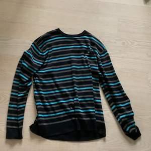 En relativt nyinköpt adidas tröja. Nästan helt oanvänd. Den är väldigt stor för mig men jag är väldigt liten. Den är väldigt mysig och fin. Köparen står för eventuell frakt
