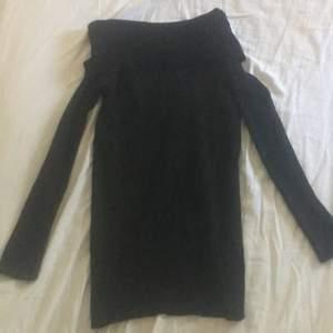 En svart off shoulder klänning från DM, använd en gång. Nypris 500kr, säljer för 200kr frakten är inräknad i priset.
