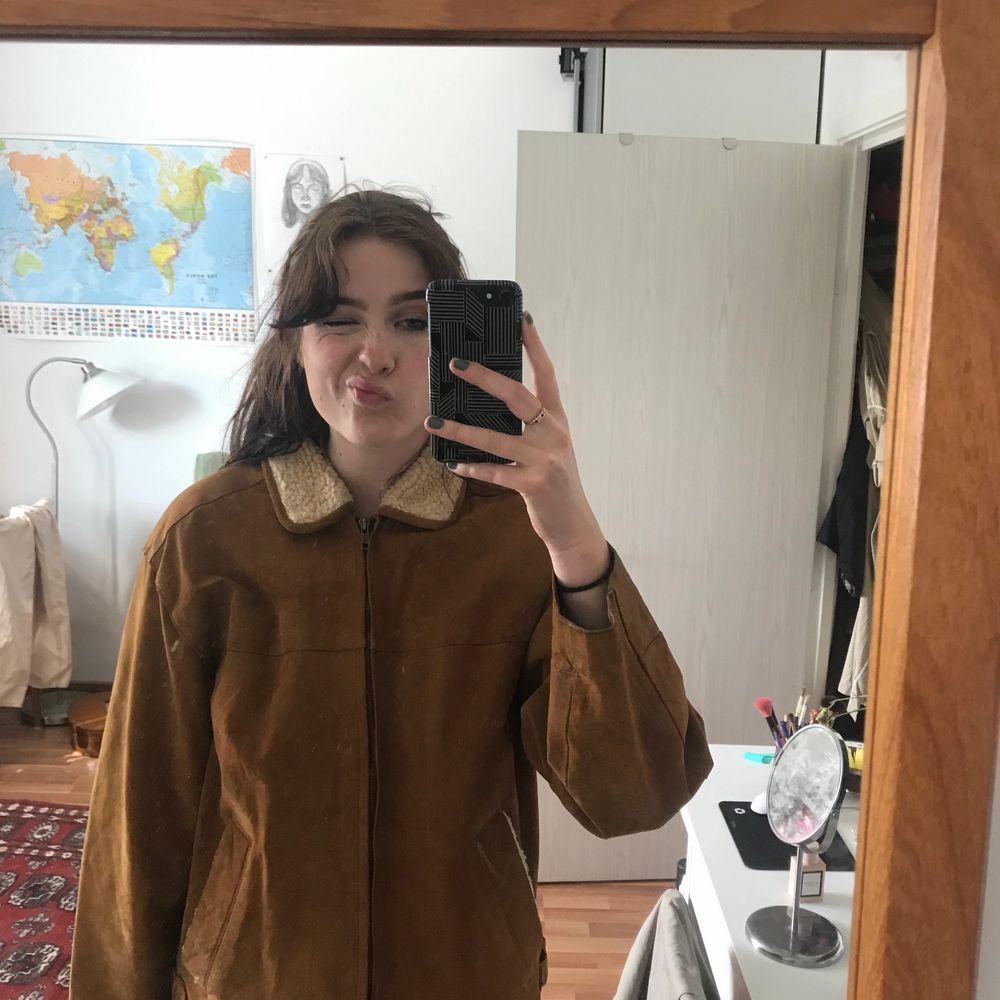 Jacka i fejk mocka inköpt hösten 2018, storlek M! Ludd detaljer vid kragen och fickorna! Första bilden är från Paris❤️. Jackor.