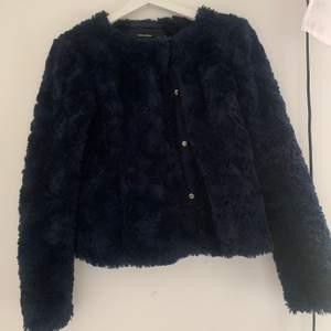 Pälsjacka från Vero Moda mörkblå. Köparen står för frakten