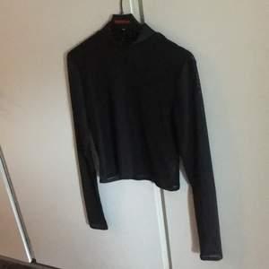 En trendig meshpolotröja från nlyone! Perfekt att ha under klänningar eller tshirts för en edgy look! Frakt ingår i priset