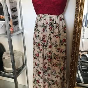 Romantisk klänning med spets överdelen
