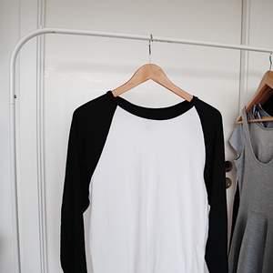 en simple, mysig baseboll långarmat tröja köpt från the men's section. Fråga om det är något 💕