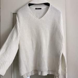 Mysig stickad tröja med halsdetalj framtill. Oanvänd. Ev frakt tillkommer 🌸
