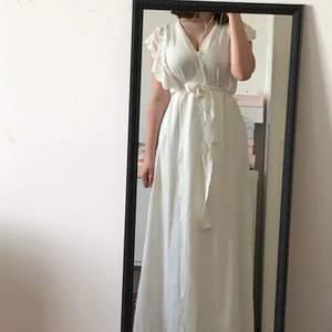 Vit klänning med spets, ca ett år gammal och använd två ggr. Bra skick! Frakt 45 kr