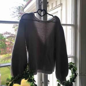 Ljusgrå stickad tröja med djup rygg från Linn Ahlborg x NAKD. Knappt använd💛 Frakt tillkommer!