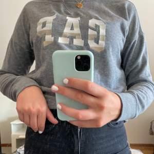 Denna sweatshirt köptes för några år sedan i USA, men kommer inte längre till användning. Den är i använt skick fast i bra skick! Pris: 120kr(priset är ink frakt!)