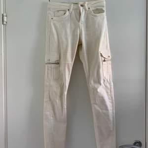 Vita jeans med fickor