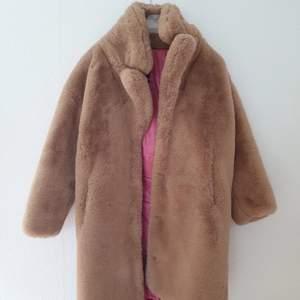 Supermysig pälsjacka (känns som en Teddybjörn 😉) i ljusbrunt för den som vill vara varm och FIN vinter. Nästintill nyskick. Inköpt för 2500 kr