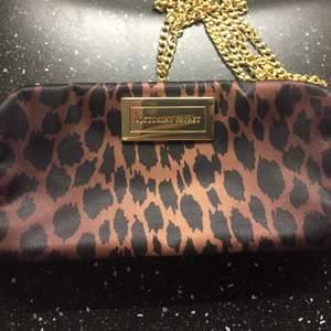 Necessär från Victoria Secret , har en kedja som följer med , så den kan används som väska också.
